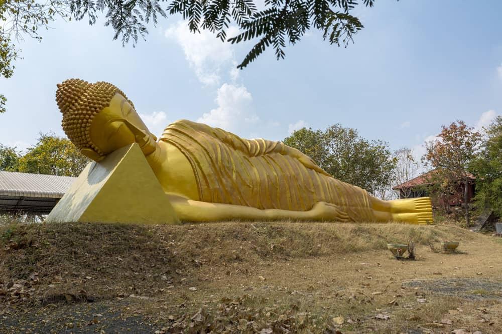 Liegender Buddha am Parkplatz von Wat Khao Phra Angkhan