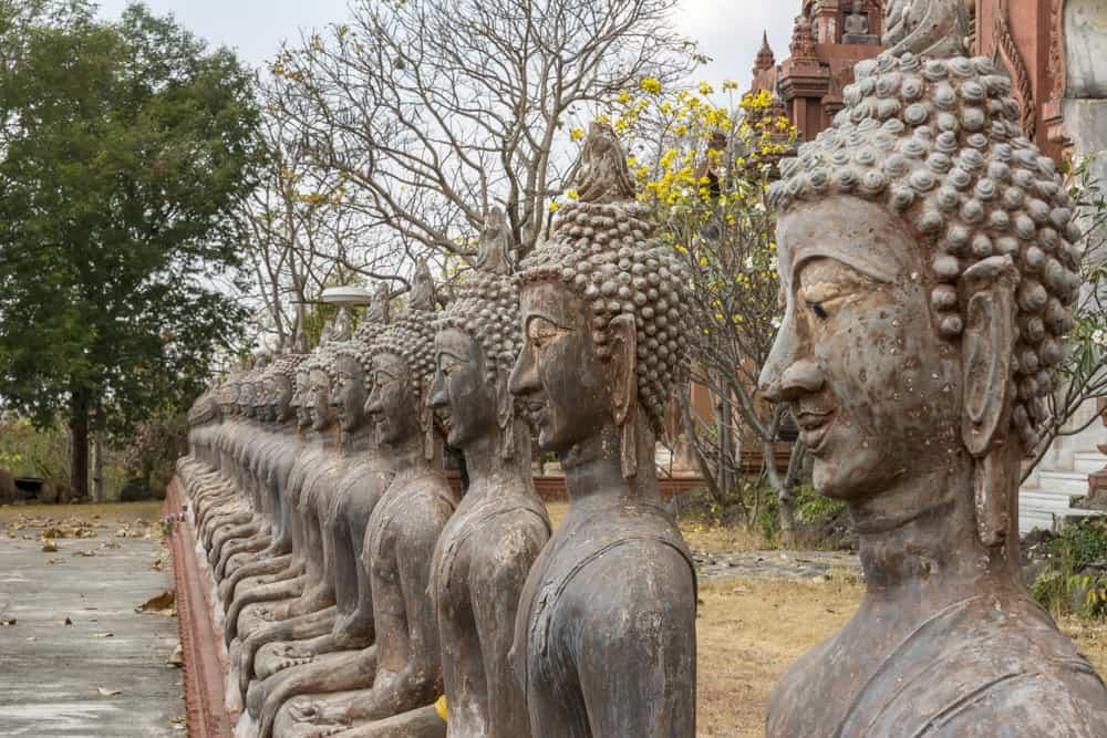 Stur blicken die Buudh-Figuren am Wat Khao Phra Angkhan nach forne