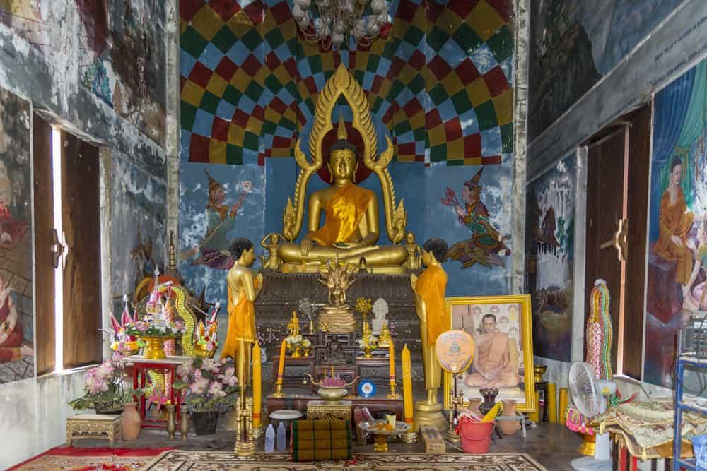 Der Altarraum im Wat Khao Phra Angkhan mit dem goldenen Buddha