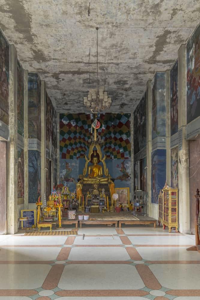 Überblick im Innenraum des Haupthauses in Wat Khao Phra Angkhan