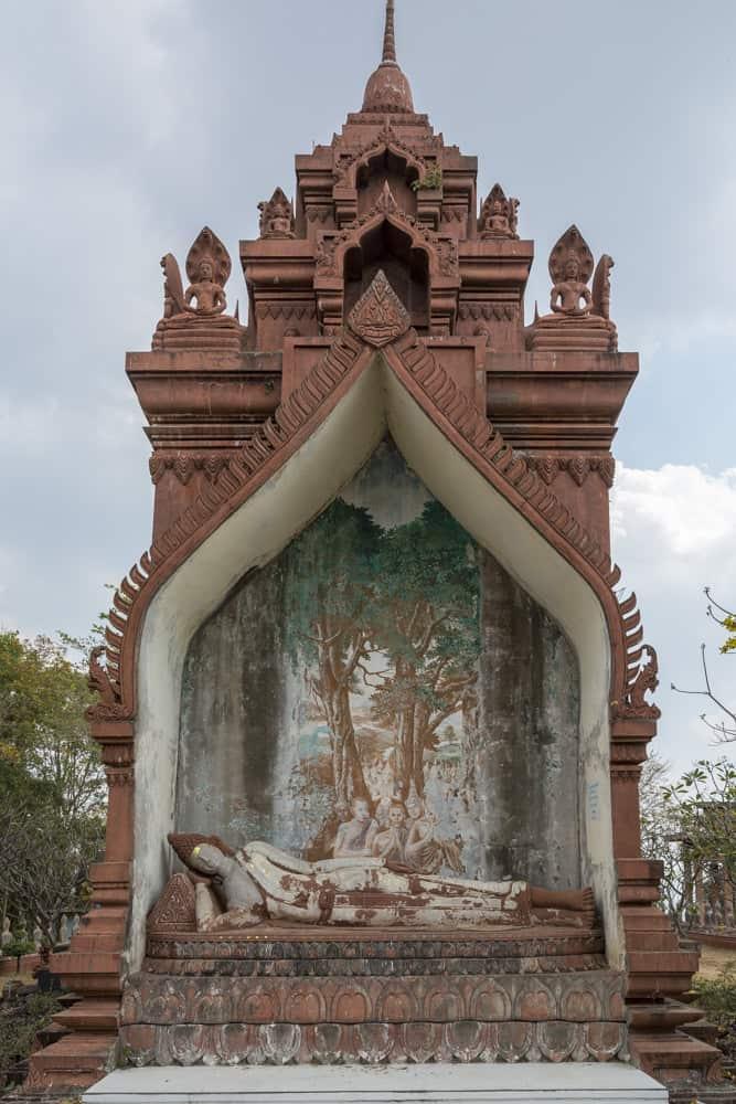 Stirnseite von Wat Khao Phra Angkhan mit einem weiteren liegenden Buddha
