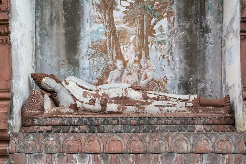 Wandgemälde hinter einem liegenden Buddha im Wat Khao Phra Angkhan