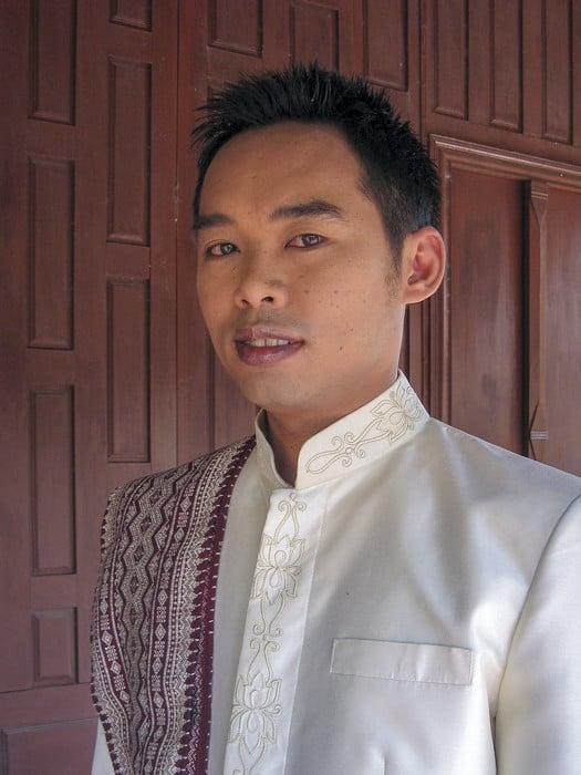 Thailändischer Mann mit schöner Kleidung