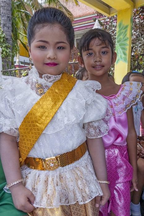 Zwei Thaikinder mit thailändischer Tracht