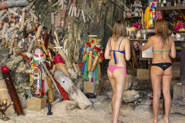 Zwei junge Damen mit sehr knappen Bikini