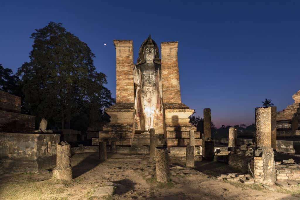 Stehender Buddha im Histoirical Park Sukhothai