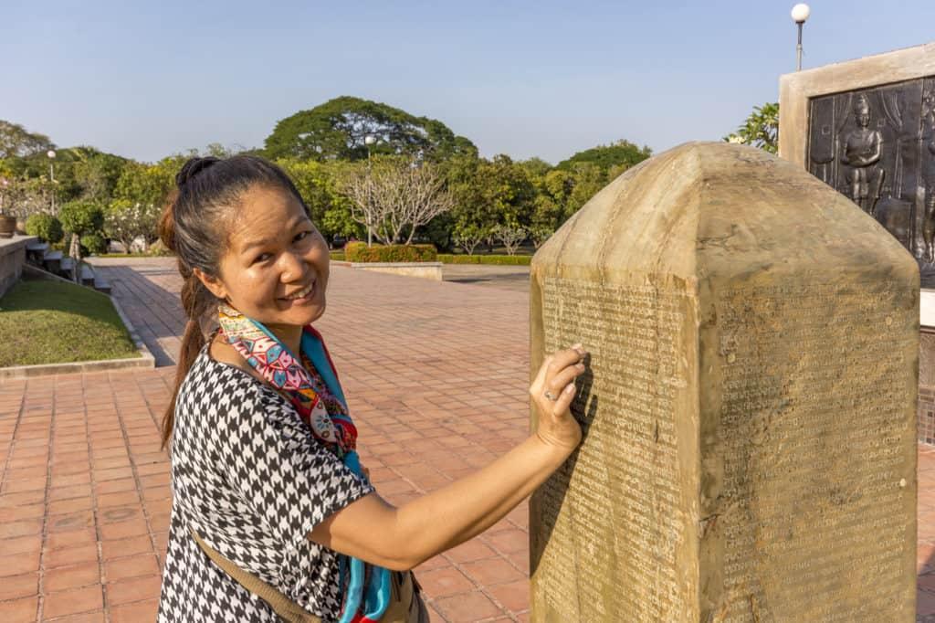 Steinsäule mit thailändischer Schrift