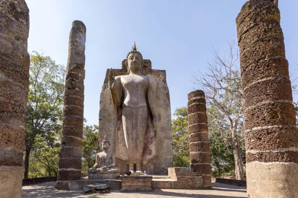 Der stehende 12,5 große Budda und der sitzende kleinere Buddha im Wat Spapan Hin in Sukothai
