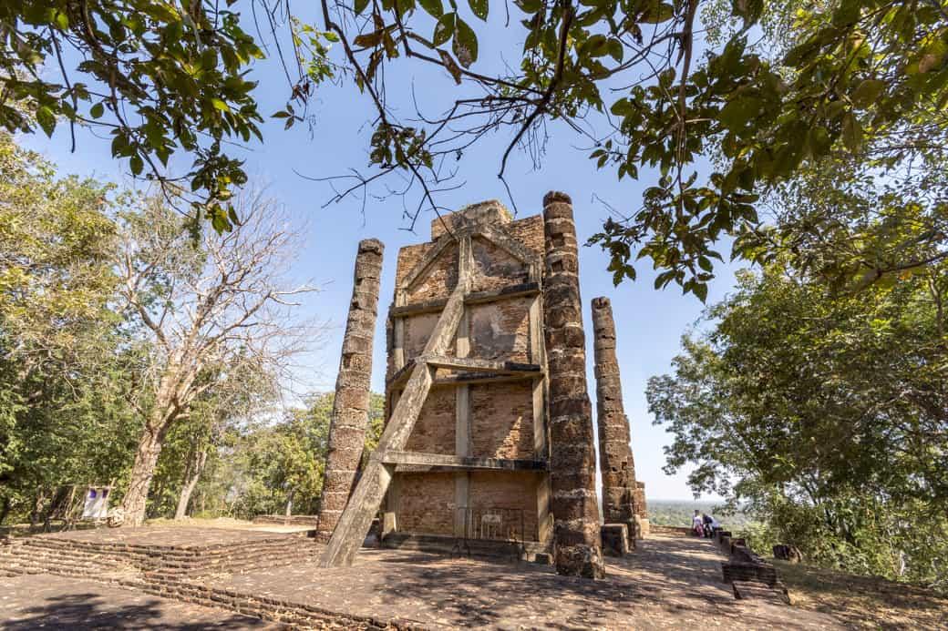 Stahlbeton-Gerüst als Stützwerk hinter der Buddha-Statue