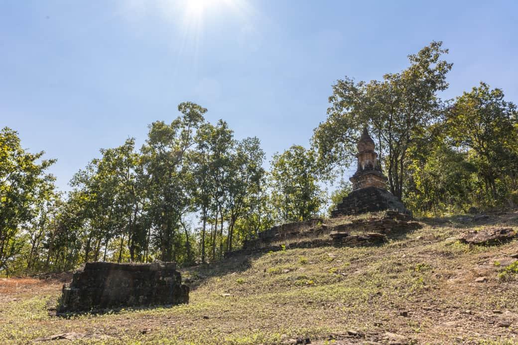 Chedi aus der Dvaravati Periode auf halber Höhe des Aufstieges zum Wat SaPhan Hin