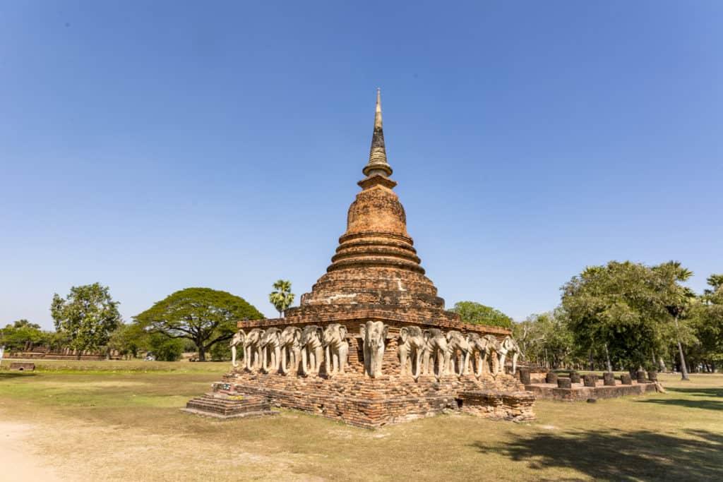 Gesamtansicht Wat Chang Lom im Geschichtspark Sukhothai