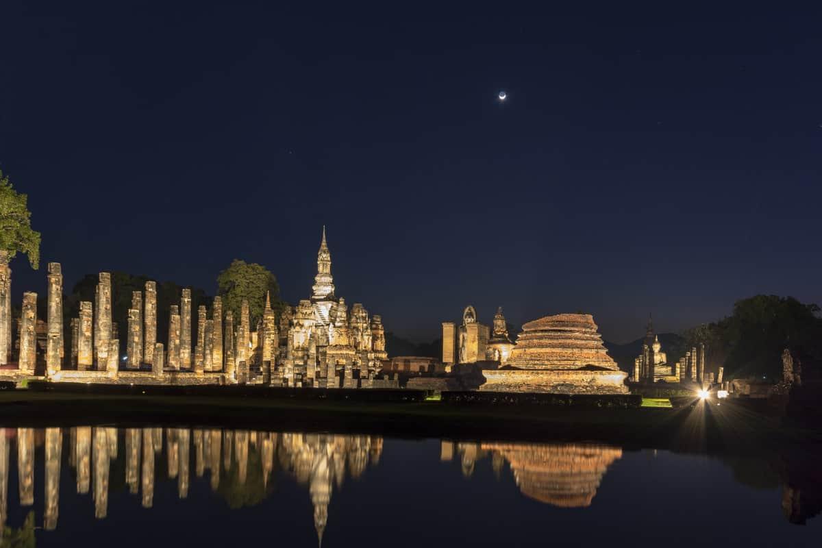 Nachtaufnahme Wat MAhatat im historical park Sukhothai