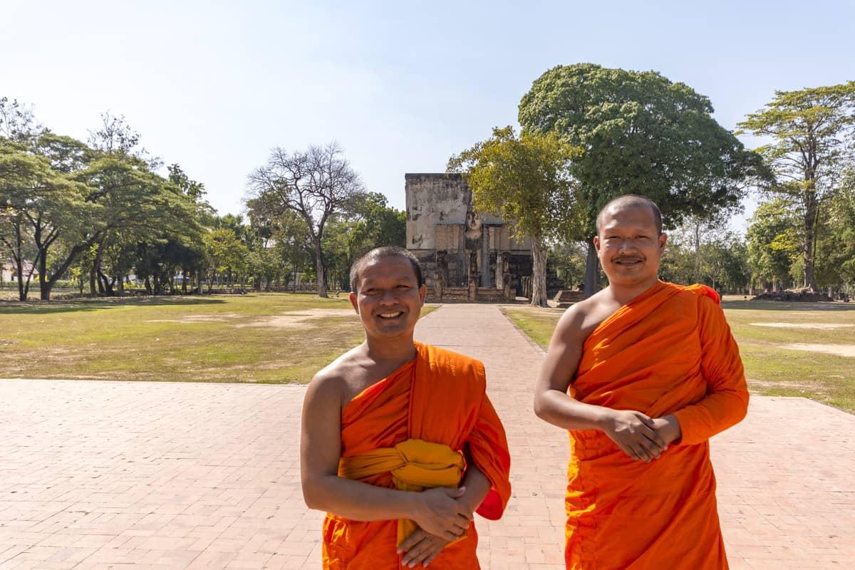 Zwei Mönche am Wat Sri Chum in Sukhothai