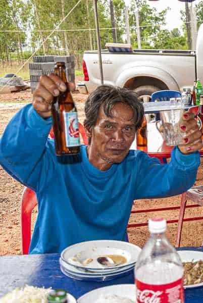 Betrunkener Thailänder - Das Gesicht verlieren in Thailand mit Thai-Whisky