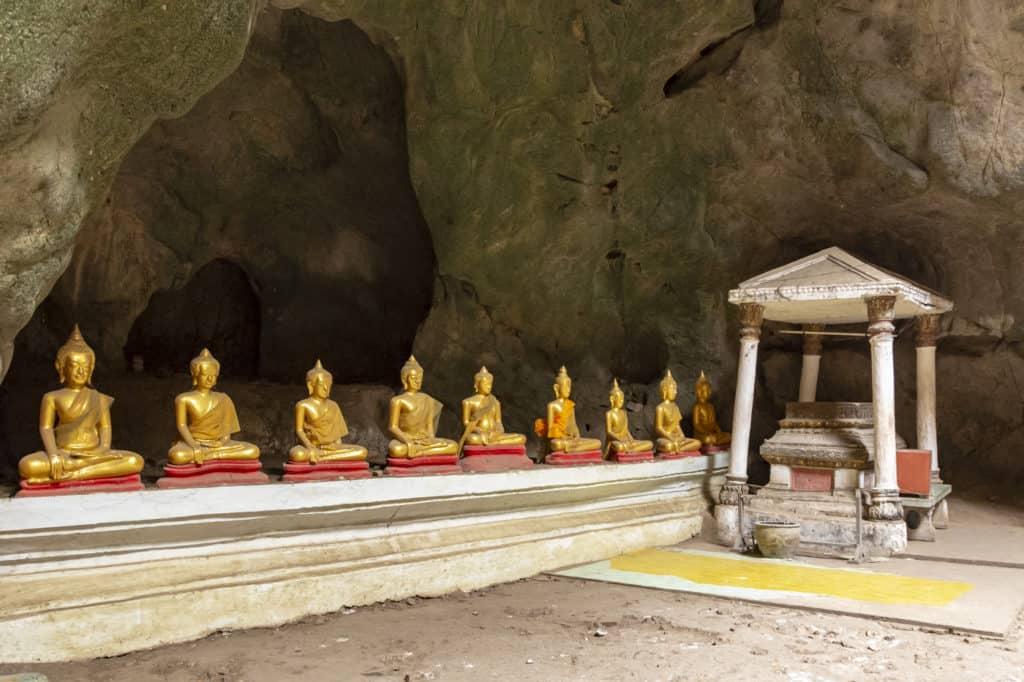 Reihe von Buddha Statuen in der Khao Luang Höhle in Phetchaburi