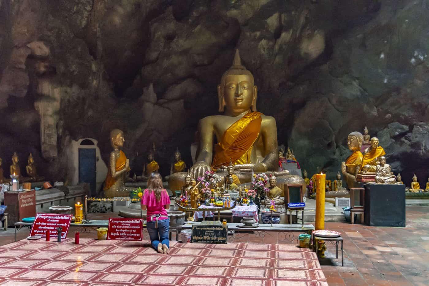 Großer sitzender Buddha iin der Khao Luang Höhle in Phetchaburi