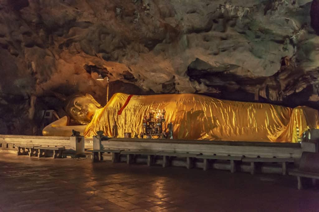 Der große Buddha im gelben Tuch gewickelt - Khao Luang Höhle - Thailand