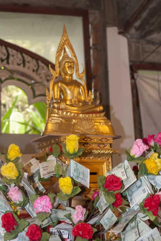 Geldscheine an Blumen Thailand und der Umgang mit dem Geld