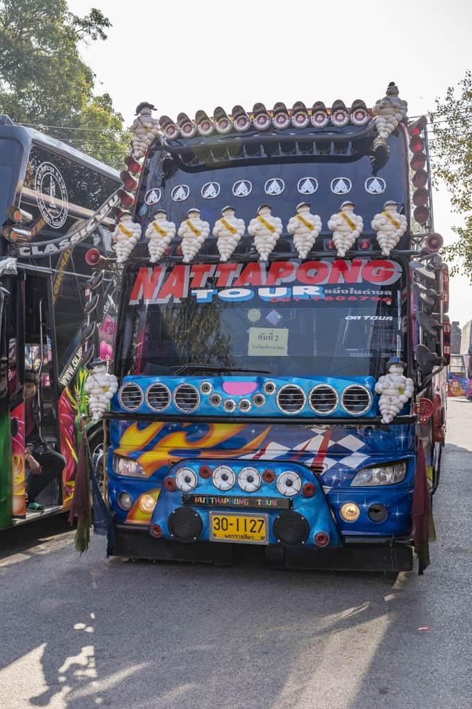 Werbefiguren auf einem Bus in Thailand - Kunst und Kreativität an Kraftfahrzeugen in Thailand