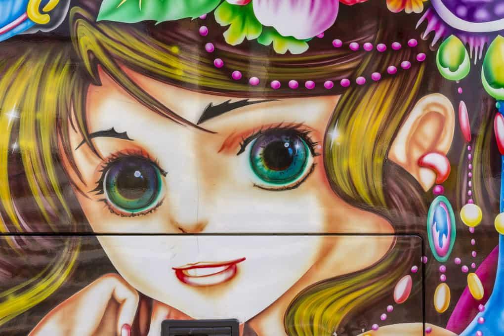 Manga eines Mädchens auf einem Bus in Thailand