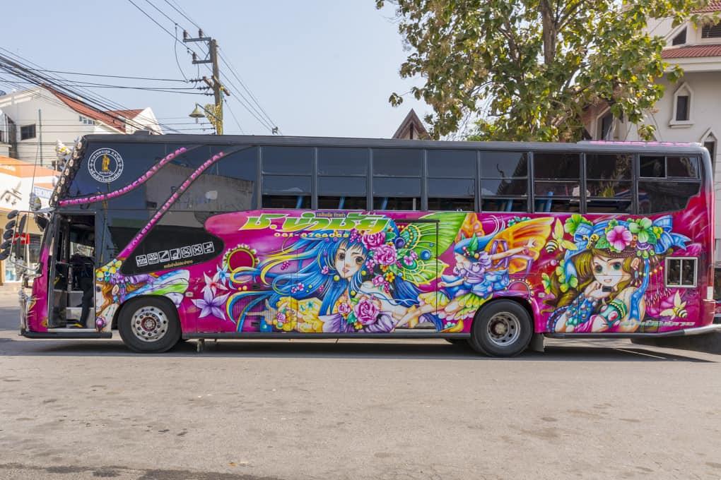 Aufwendig bemalter Bus in Thailand - Kunst und Kreativität an Kraftfahrzeugen in Thailand