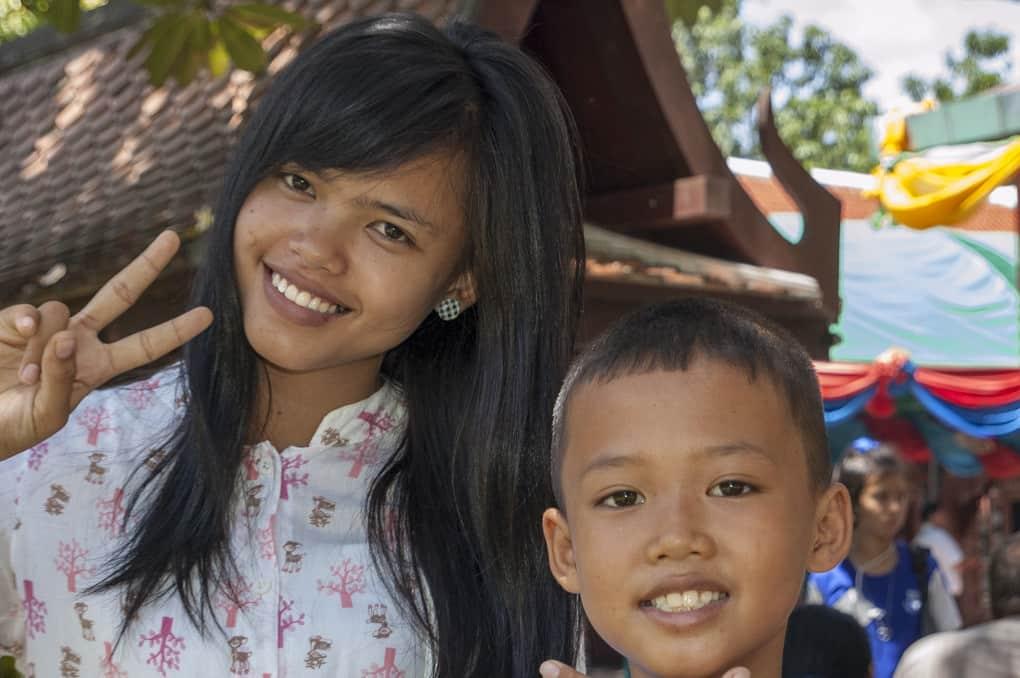 Freundliche Thailänder lächeln in die Kamera