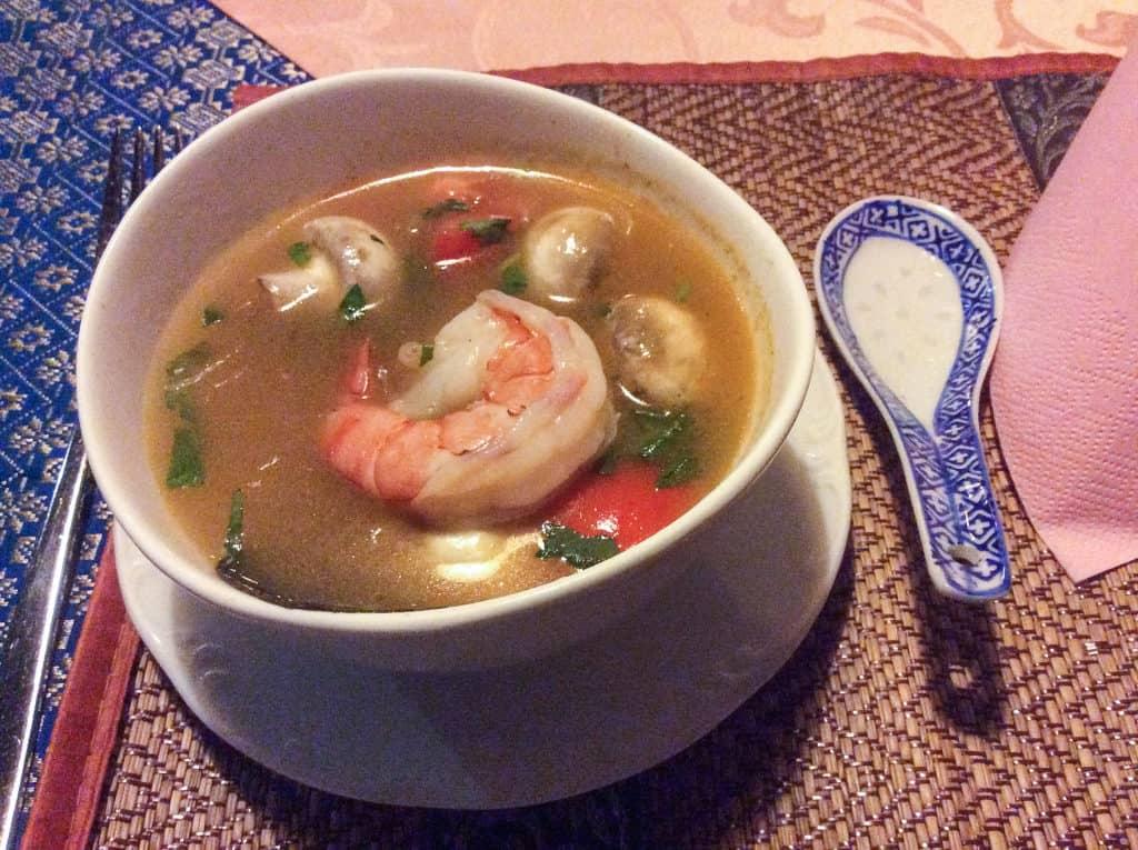 Porzellanschale mit Löffel und Tom Yam Gung Suppe aus Thailand