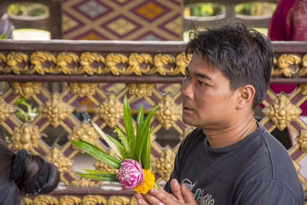 Betender Thailänder der die Gründungssäule von Phetchabun anbetet.
