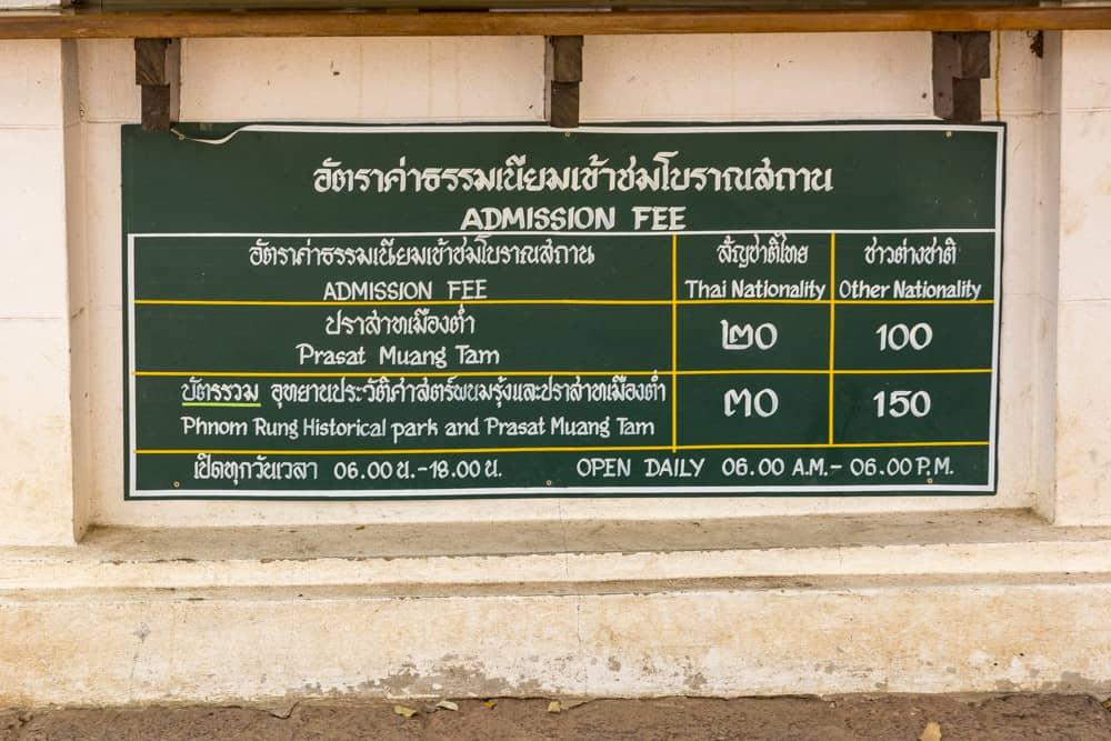 Schild mit den Öffnungszeiten und Eintrittspreise