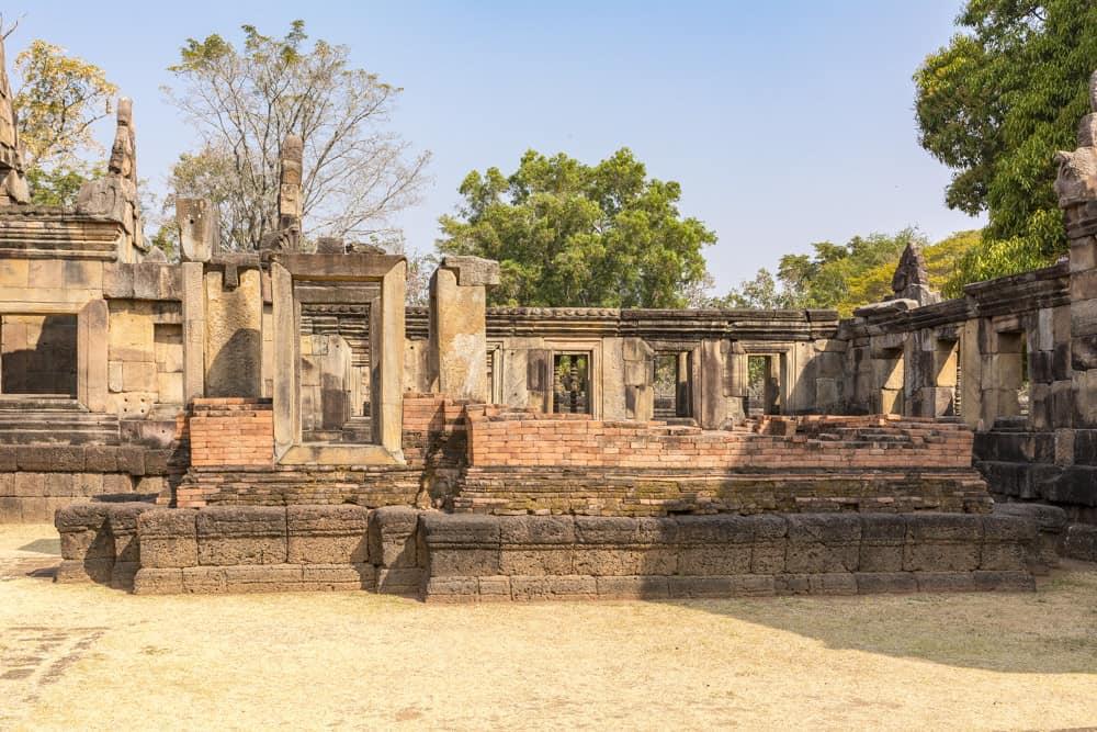 Ruine eines der beiden Banalai am Eingangsbereich des Khmer Tempel