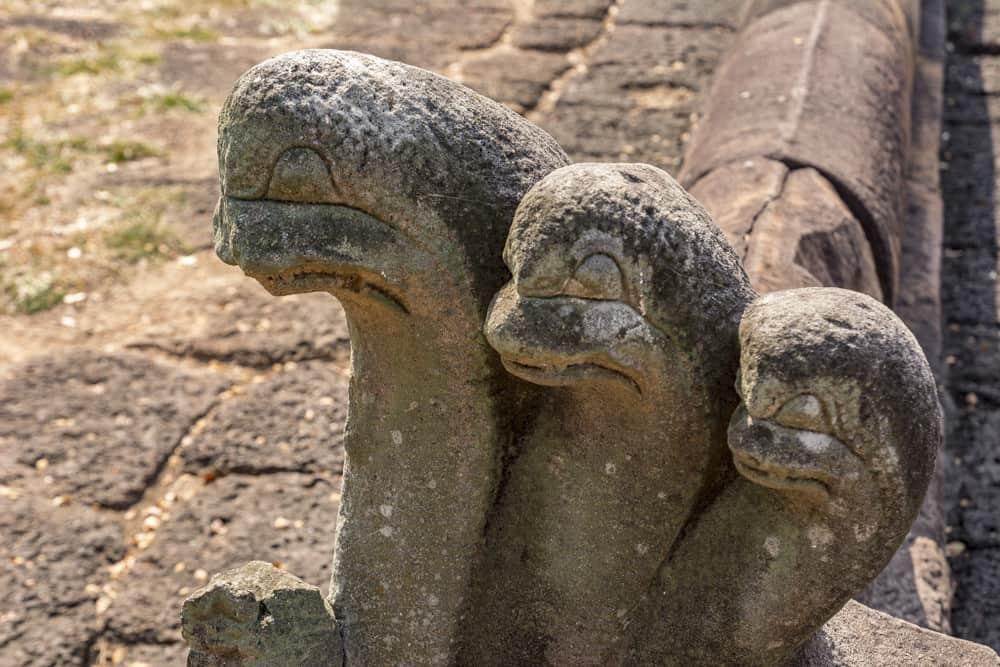 An den Ecken der Einfriedung wachen 5 köpfige Naga-Schlangen über das Becken