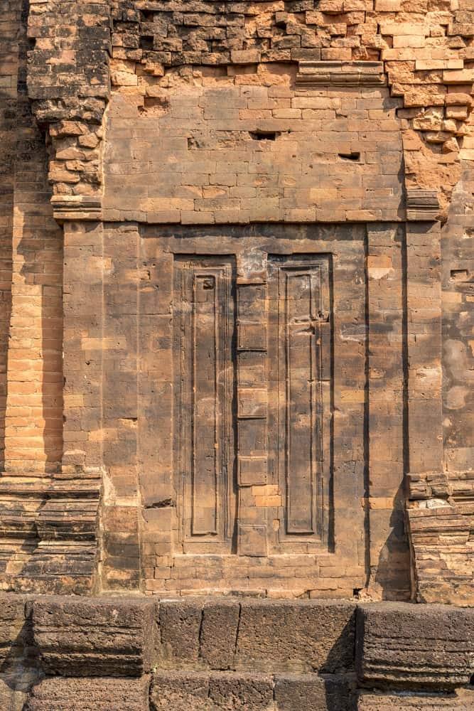 Schatten- oder Göttertür auf der Rückseite eines Turmes im Prasat Muang Tam dem Khmer Tempel in Buri Ram
