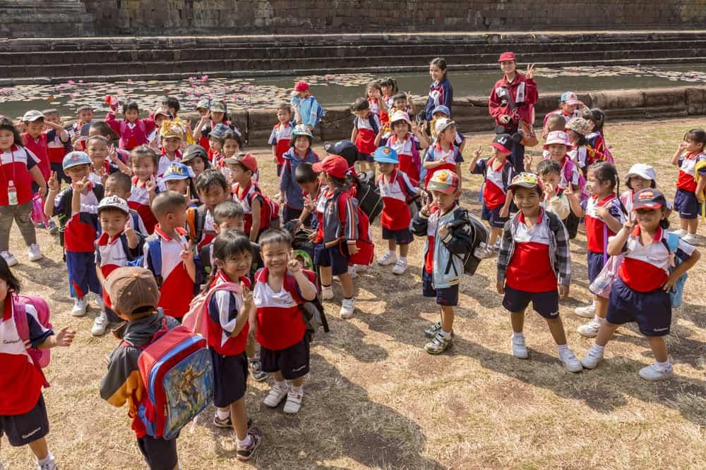 Kinder einer Schulklasse aus Buri Ram im Prasat Muang Tam