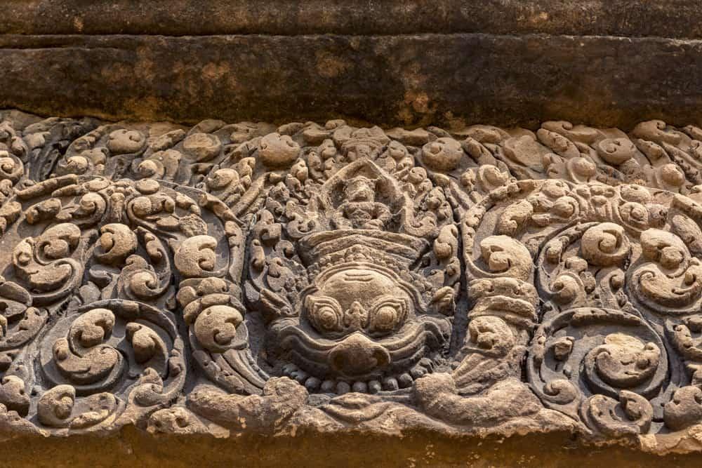 Steinrelief eines Türsturzes mit Kala dem Beschützer