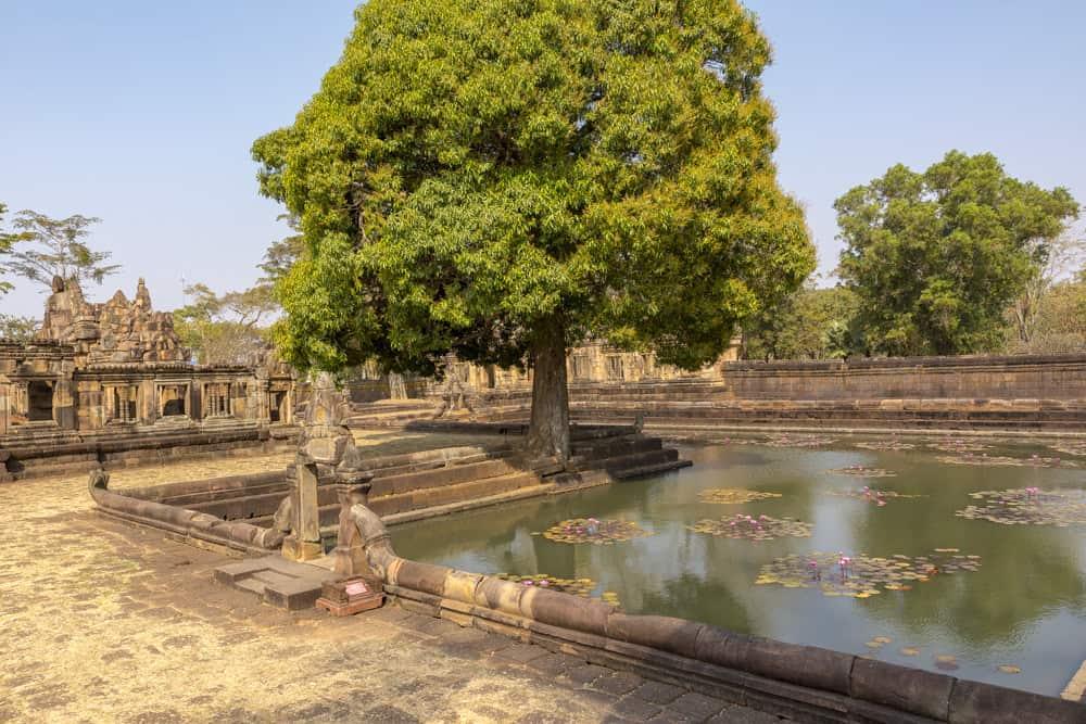 L-förmiges Wasserbecken beim Prasat Muang Tam