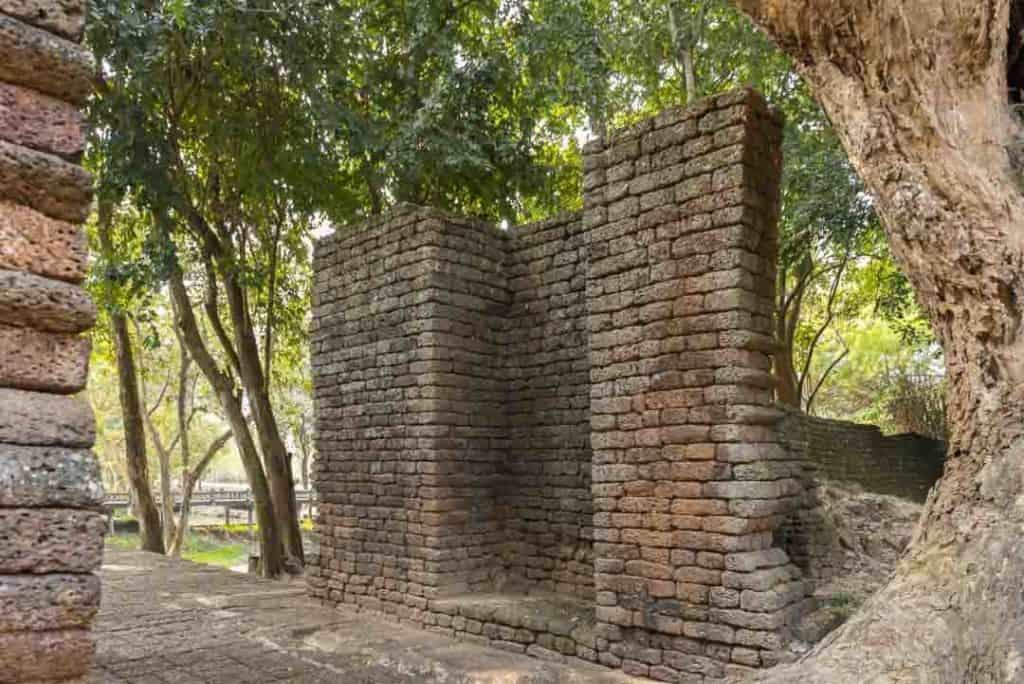 Eingangstor an der alten Stadtmauer von Si Satchanalai