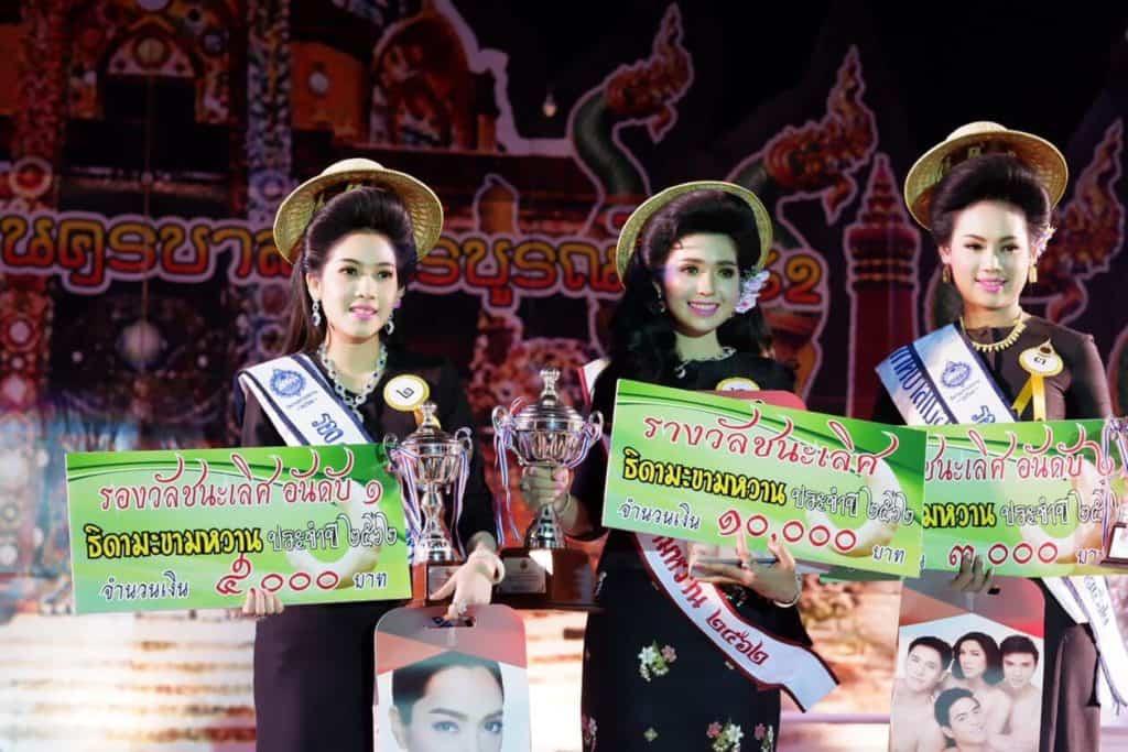 Drei hübsche Gewinnerinnen der Wahl zur Tamarinden Königin in Phetchabun
