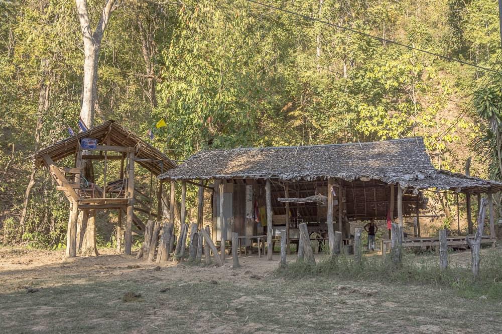 Einfache thailändische Holzhütte am Rand vom Dschungel