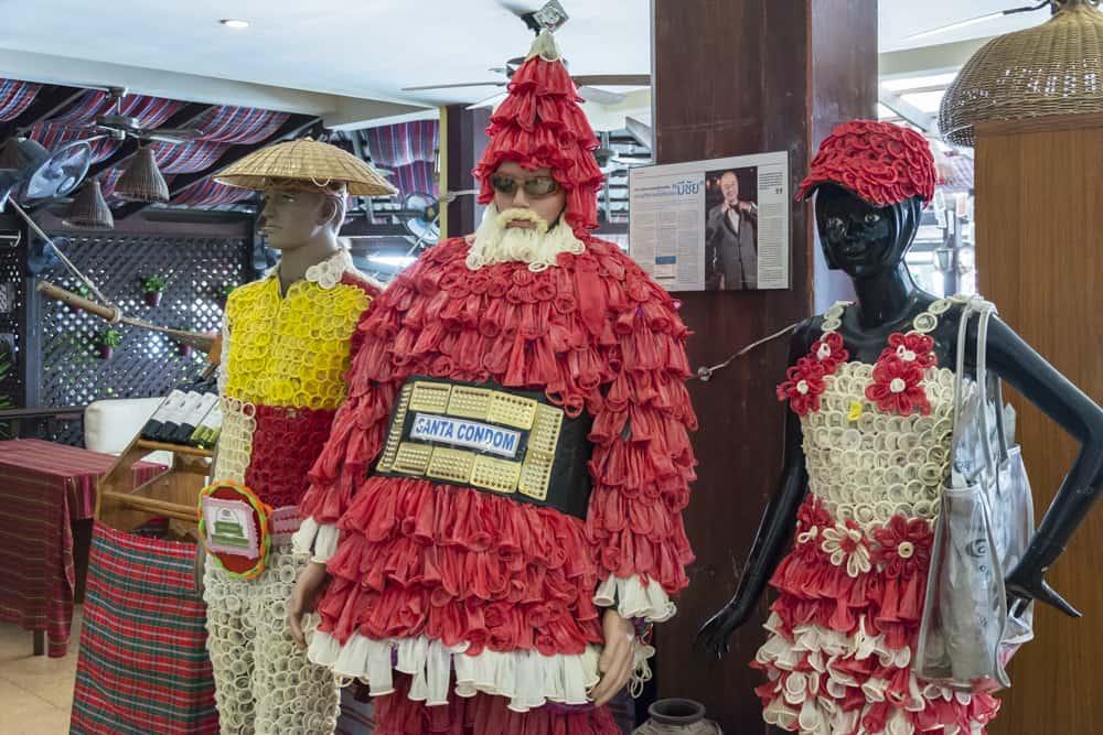 Drei Figuren mit Kondomen bekleidet
