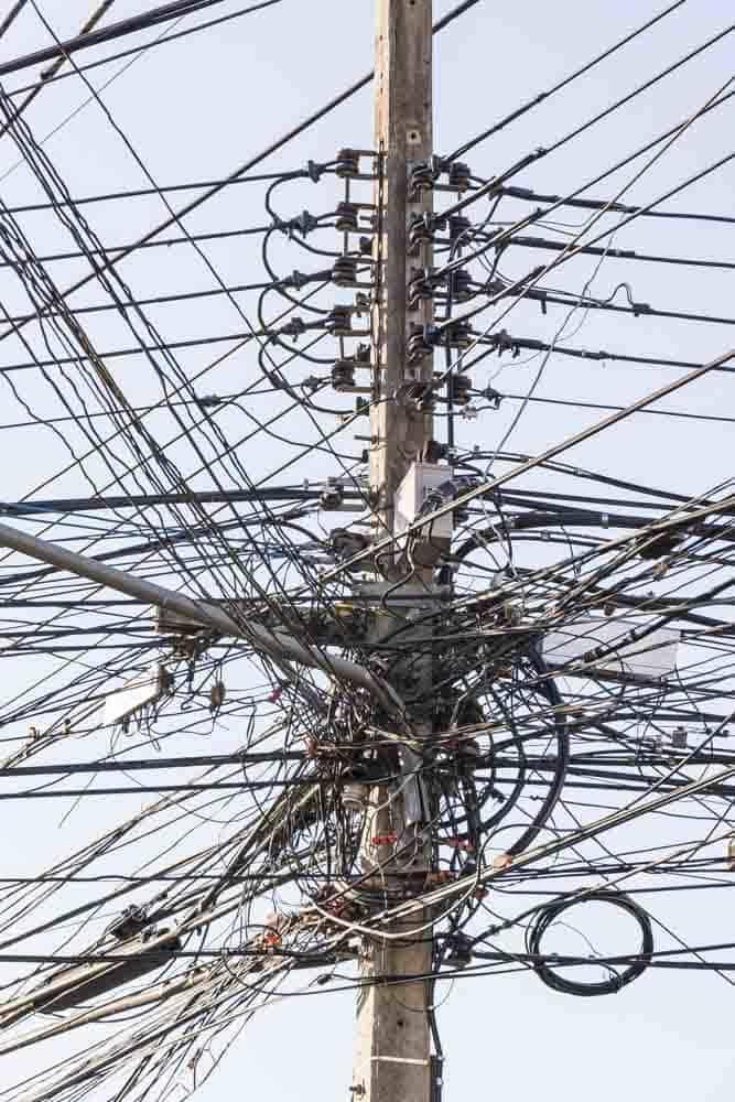 Betonmast mit Elektrokabeln in Thailand