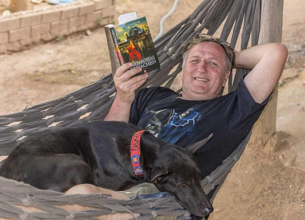 Reiner Kerner in der Hängematte beim lesen eines Buches - Urlaub in Thailand