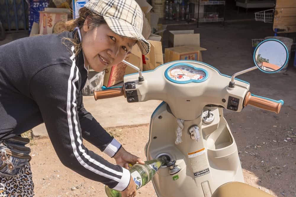 Junge Thailänderin tankt FANTA fürs Motorrad