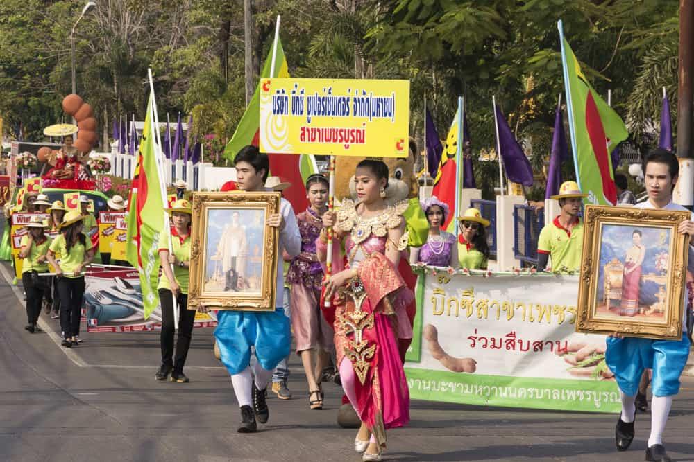 Bunter Umzug mit historischen Kostümen in Phetchabun