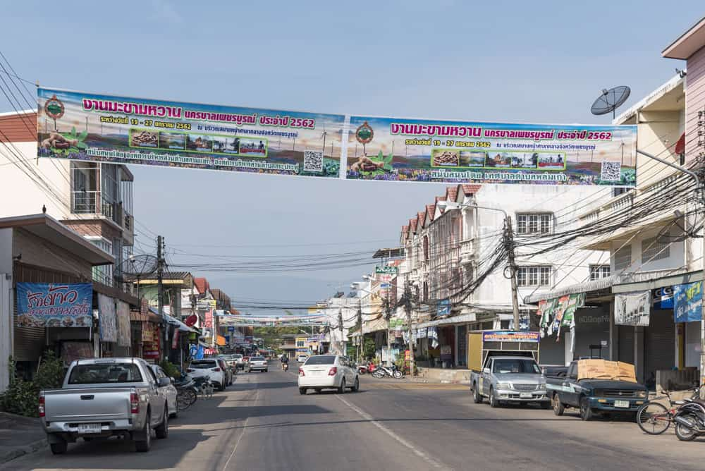 Werbebanner auf den Strassen in Phetchabun