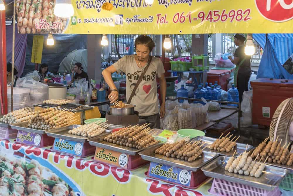 Mann verkauft Ping Pong Food