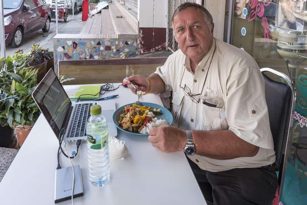 Reiner Kerner bei der Mittagspause in Thailand