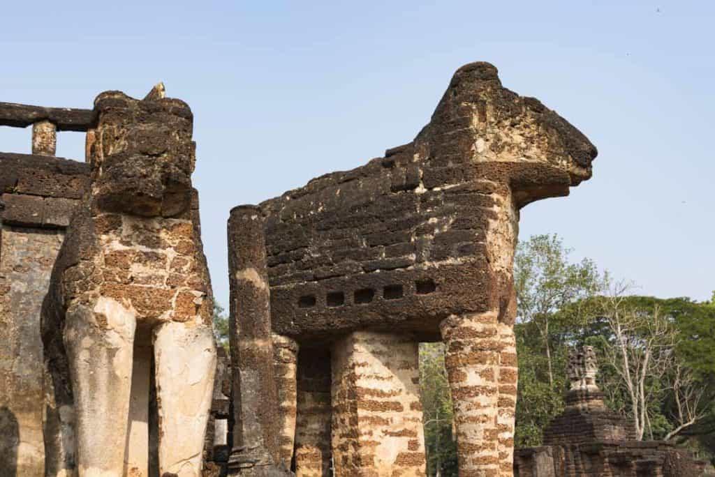 Eckelefant bei dem die Art der Ausführung deutlich erkennbar ist - Wat Chang Lom Si Satchanalai
