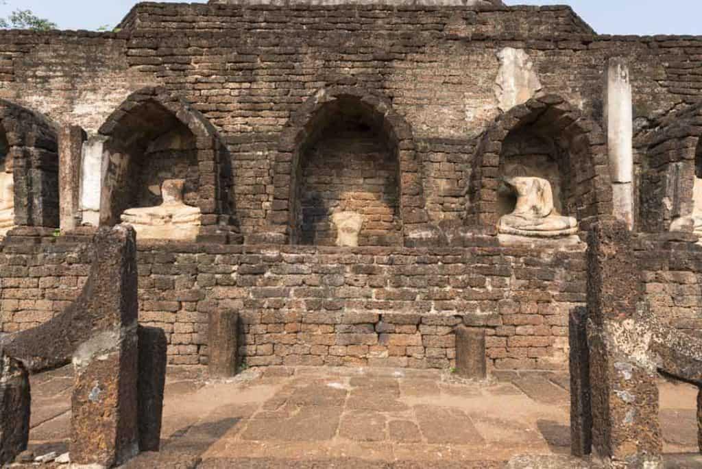 Nischen mit den Fragmenten von Buddha-Statuen auf der zweiten Ebene von Wat Chang Lom in Si Satchanalai