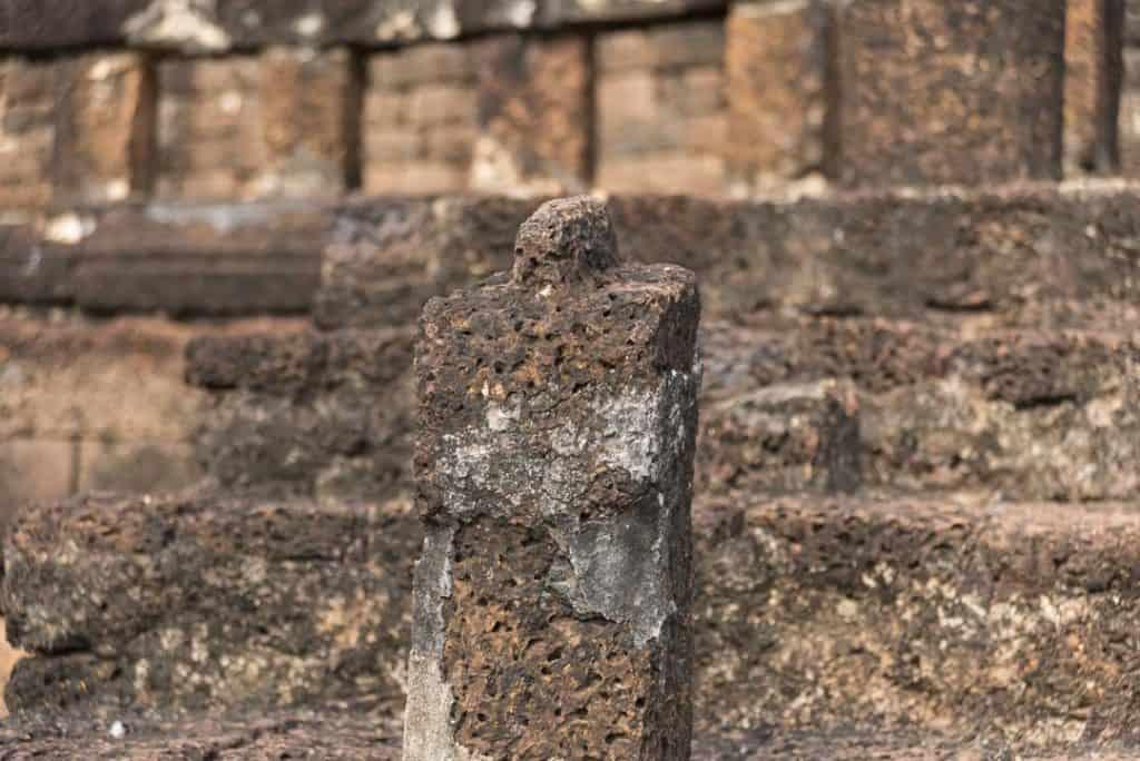 Säule des Treppengeländers am Aufgang des Chedis von Wat CHang Lom