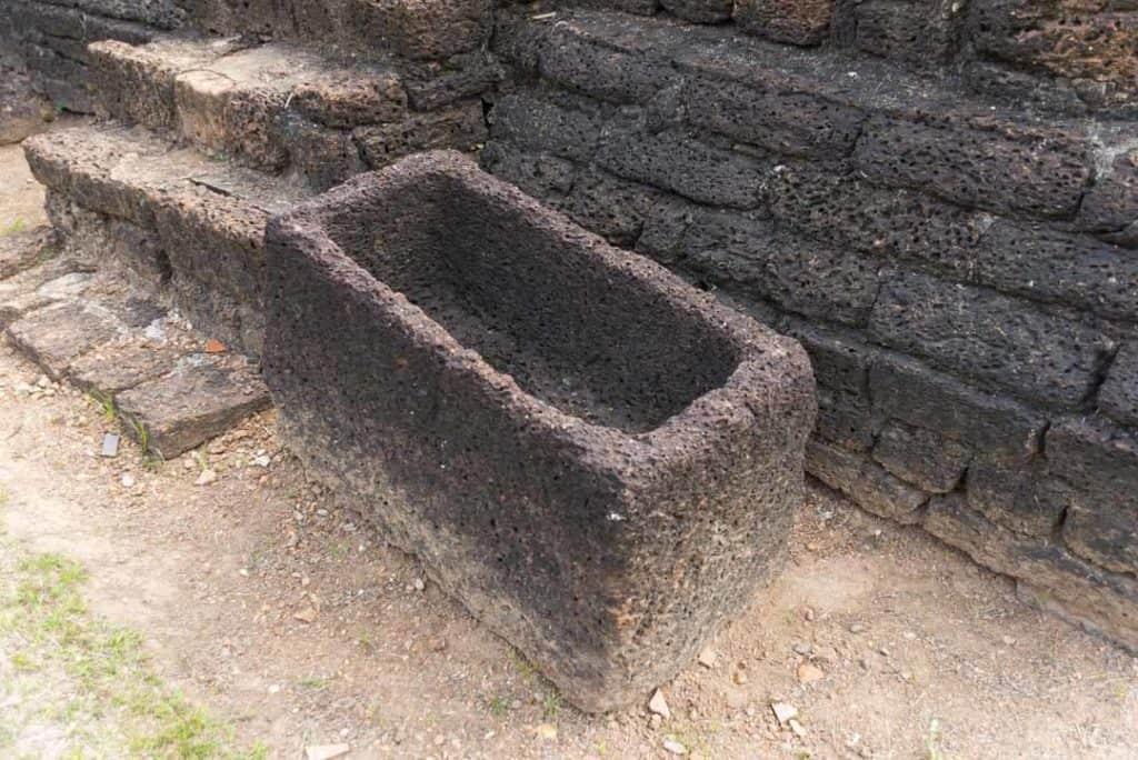 Fußwaschbecken rechts und links neben der Treppe zur zweiten Ebene im Wat Chang Lom